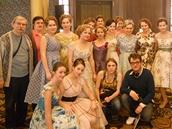 Na fotografii z natáčení filmu Láska všemi deseti jsou české herečky-písařky, manželé Zaviačičovi, režisér Régis Roinsard a Johana Katz, která měla na starosti soutěžní scény.