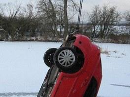 Auto museli vytáhnout hasiči.