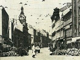 Pohled do dnešní Štefánikovy ulice z křižovatky u Anděla na konci II. světové