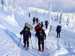 Výstup na sněžnicích vplné polní