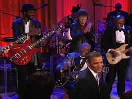 Bluesová sestava snů: zleva na pódiu Derek Trucks, Gary Clark jr., Mick Jagger,
