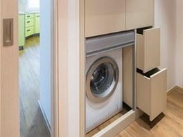 Veskříni, která vznikla v nice po bývalém vstupu do kuchyně, je skrytá pračka,