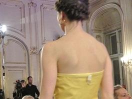 Utržená cedulka na luxusních večerních šatech je faux-pas, které se nesmí stát.