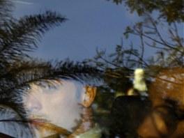 ODRAZ. Oscar Pistorius odjel od soudu ve stříbrném Landroveru s tónovanými