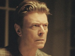 David Bowie v klipu The Stars (Are Out Tonight), v němž si jeho manželku