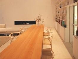 Minimalistický interiér obývají manželé s malým synem.