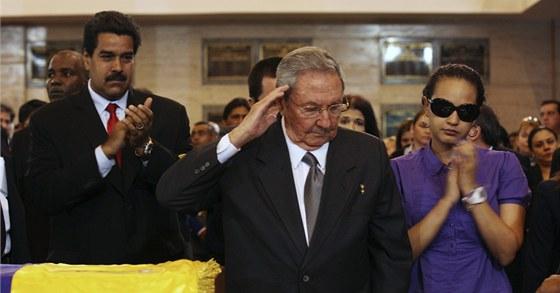 Sbohem, kamar�de. Kub�nsk� v�dce Ra�l Castro u rakve Huga  Ch�veze (8. b�ezna