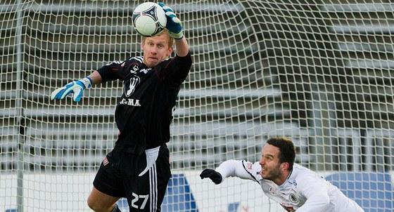 SEBERU TI TO. Zakončení hradeckému fotbalistovi znemožnil brankář Zdeněk Zlámal z Olomouce.