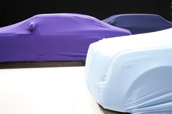 Autosalon Ženeva 2013 den před otevřením se auta zatím schovávají pod plachty.