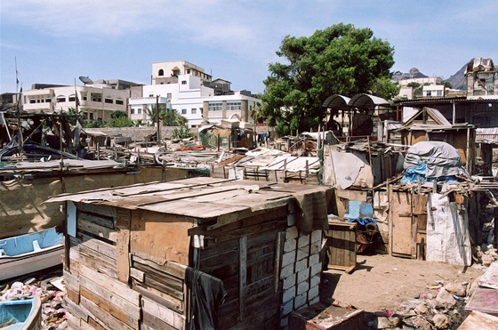 Chud� obydl� na okraji Adenu