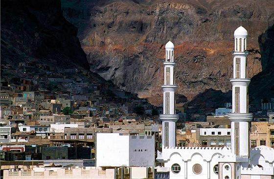 Centrum Adenu, ležícím v jícnu vyhaslé sopky, se příznačně nazývá Crater.