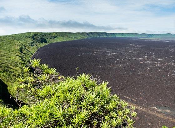 Kráter sopky Sierra Negra, který je považován za druhý největší kráter na světě.