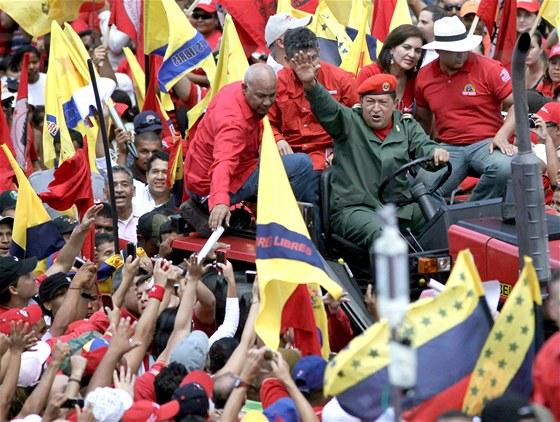 Ch�vez si d�ky sv� socialistick� politice z�skal p��ze� dav�. Na sn�mku z roku...