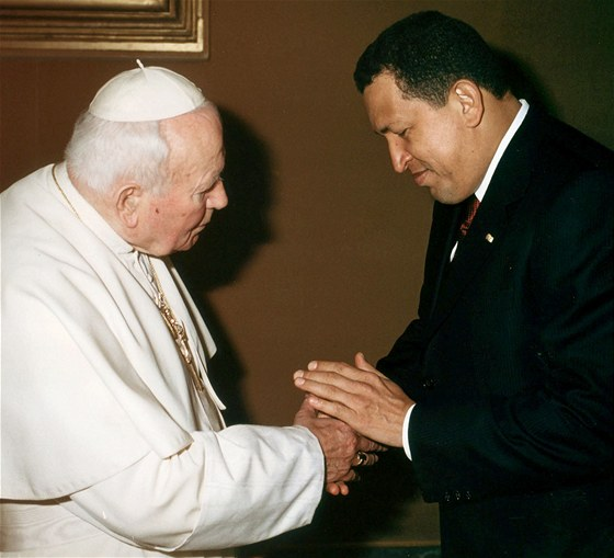 Fotografie z roku 2001 zachycuje venezuelsk�ho prezidenta, jak si pot��s� rukou...
