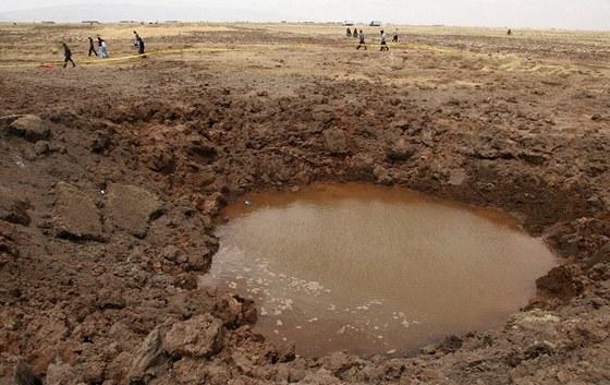 Kráter, který zbyl po dopadu meteoritu u Carancas v Peru