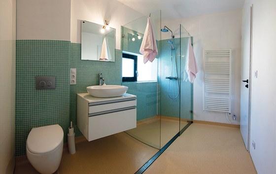 Také v koupelně byl použit nepříliš často používaný materiál - kaučuk. Nejenže