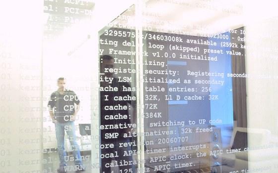 Skleněná dveřní křídla zdobí text, který se zobrazuje na monitoru při startu