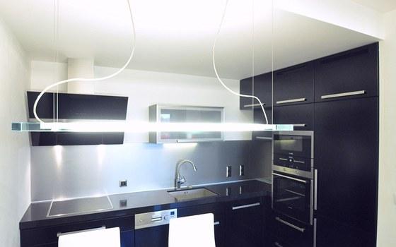 Kuchyňská sestava dostala tvar písmen L a zvlášť její kratší strana využívá