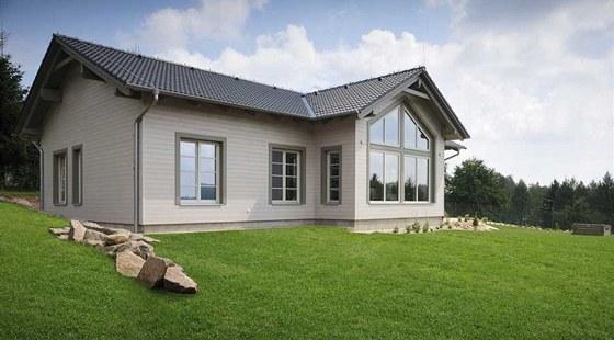 Stavba se přizpůsobuje svažitému terénu, a proto spočívá na soklu. Toto řešení