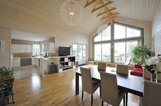 Hlavním akcentem společné obývací části domu je výhled proskleným štítem do
