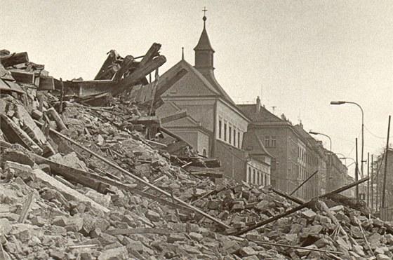 Z desítek žižkovských domů zbyly jen trosky.