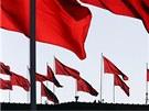 Rudé vlajky nad pekingským Palácem lidu, kde čínský parlament volí nového