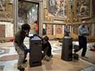 Sixtinská kaple se už chystá na volbu nového papeže (6. března 2013)