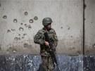 Afghánské bezpečnostní síly na místě atentátu před ministerstvem obrany (9.