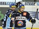 Vítkovičtí hokejisté Jiří Burger (vlevo) a Jan Káňa se radují z první branky do