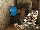Převrácená popelnice ve vstupu na dvorek