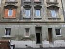 V porovnání například s domem vlevo nevypadá dům v  Řeháčkově ulici v ústecké