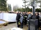 Sbohem. Desítky lidí stáli nad hroby trojice zesnulých žen.