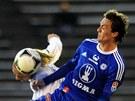Hradeck� fotbalista Tom� Strnad se sna�� hlavou dostat p�ed olomouck�ho