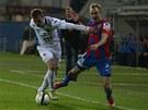 JDI OD BALONU! Ostravský fotbalista odstavuje od míče plzeňského záložníka Dana