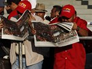 Tísíce lidí se srotily před caracaskou vojenskou akademií, aby se rozloučily se