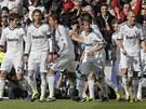 OSLAVA S FANOUŠKY. Fotbalisté Realu Madrid se radují z gólu do sítě Barcelony.