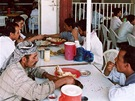 """Interiér """"motorestu"""" cestou do Vádí Hadramaut. O příbor si musíte říci, jinak budete jíst stejně jako místní rukama."""