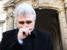 Milan Štěch přichází do budovy Senátu v Praze, kde by se dnes mělo rozhodnout,