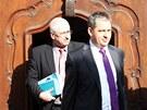 Jiří Dienstbier (vpravo) přichází na jednání Senátu, na kterém by se mělo