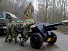 Vojáci připravují v Praze na Petříně děla, z nichž vypálí čestnou salvu poté,