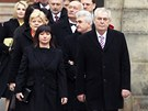 Miloš Zeman s manželkou Ivanou odcházejí z Pražského hradu. (8. března 2013)