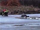 Hasiči zachránili v pátek na Křetínce muže se psem, pod kterými se probořil led.