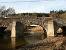 Z jedné strany vypadá historický most ještě vcelku zachovale...