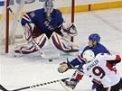 P�I CHUTI. Milan Mich�lek z Ottawy testuje pozornost brank��e New York Rangers