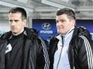 Dvojice bud�jovick�ch tren�ru Martin Voz�bal (vlevo) a Pavol �vantner sleduj�