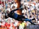 Brankář Victor Valdés z Barcelony během akrobatického zákroku