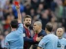Barcelonský brankář Victor Valdés (nakrátko střižený) dosal červenou kartu po...