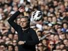 Trenér José Mourinho z Realu Madrid sleduje své svěřence.