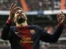 Obránce Gerard Piqué z Barcelony se směje rozhodnutí sudího.