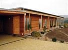 Pasivní dřevostavba navržená ateliérem Elam Mojmíra Hudce využívá přírodních dřevovláknitých izolací ve stěnách a podlaze, ve střeše je izolace z foukané celulózy.  Všechny konstrukce jsou difúzně otevřené.  Vzduchotěsnost je řešena pomocí desek OSB. Střecha je připravena pro umístění fotovoltaických panelů. Po jejich osazení se dům stane energeticky plusový.